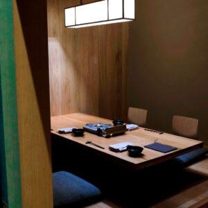 〈界 ASO〉や〈二期倶楽部〉など、さまざまな旅館や飲食店を手掛けるage co ltd.がインテリアデザインを担当している。