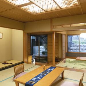 全室、露店風呂付きの客室。館内唯一のご当地部屋「出雲匠の間」には、随所に出雲の作家による工芸品が並ぶ。