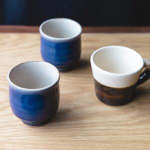 柳宗悦、バーナード・リーチの薫陶を受けた5人が開いた「出西窯」のコーヒーカップ。地域に根ざした温泉旅館ブランド「界」らしいセレクト。