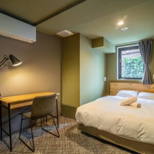 「ダブルルーム」(11室)一泊5,000円(2021/02/28まで)、月額宿泊料52,800円〜、共益費16,500円(1名)。
