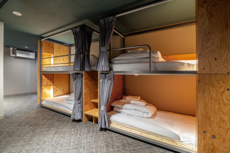 「ミックスドミトリーBUNK BED」(14名用3室)一泊1,500円(2021/02/28まで)、月額宿泊料36,300円〜(2021/02/28まで 15%OFF)、共益費11,000円。
