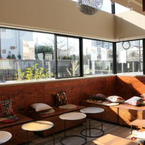 こだわりカレーなどのカフェメニューも楽しめる、フラットな座席。