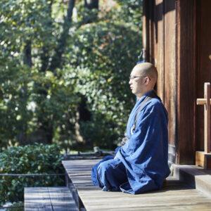 坐禅を組む松山さん。坐禅はそれぞれが自由に行う。
