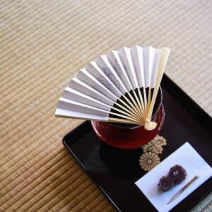 「秀吉公ゆかりの神仏への献茶点前」土日祝のみ10:30~16:00受付、料金1,500円。扇子を載せるのは神仏への献茶に息がかからないように。扇子は記念品として持ち帰れる。