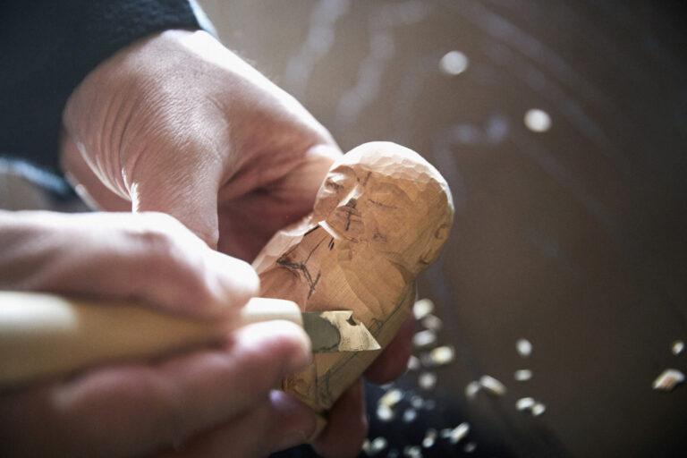 三浦さんにより荒彫りされたヒノキを、彫刻刀を使って彫っていく。木の香りも清々しく、心癒されるひとときになるはず。