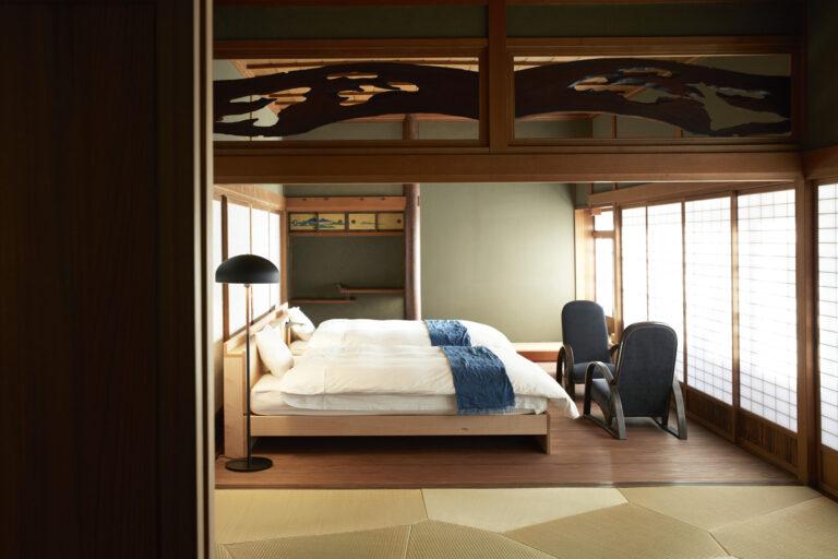 主寝室にはダブルベッドが2台。京都の老舗店IWATA製だ。