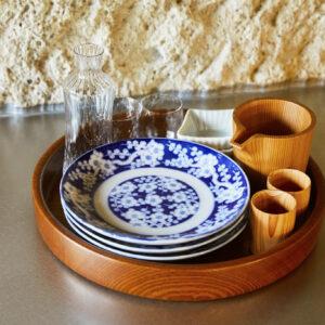 「料理をしてほしい」という想いからキッチン道具が充実。「地元の古民家からいただいた食器なども。使い心地を試して」。