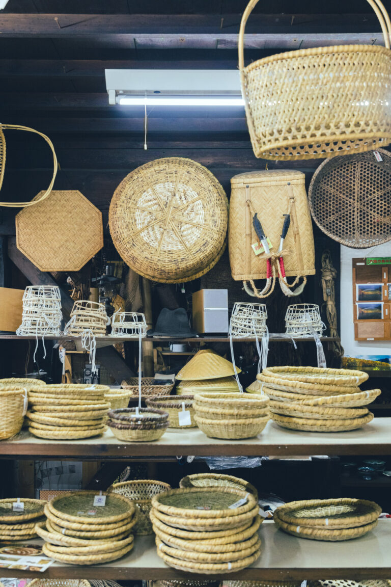 """光沢、滑らかさ、硬さ、丸みなど、ほかにない特性を持つ""""戸隠根曲がり竹""""だからできる完成度の高い製品は、国外からも注目の的。日本が誇る名品だ。"""