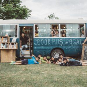 〈バリューブックス〉は、〈リビセン〉と共に改装した中古の移動図書館車〈BOOKBUS〉で、書店のない地域に本を届ける活動もしている。