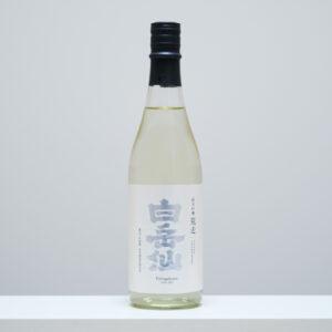 """福井県福井市に位置する安本酒造を代表する「白岳仙」。地元・福井産の五百万石100%の純米吟醸の新酒の""""荒走(あらばしり)""""は、輝く銀文字が美しい。"""