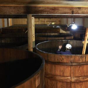 歴史ある木桶や石造りの麹室も見られる蔵見学ツアーはお土産つきで1,000円。