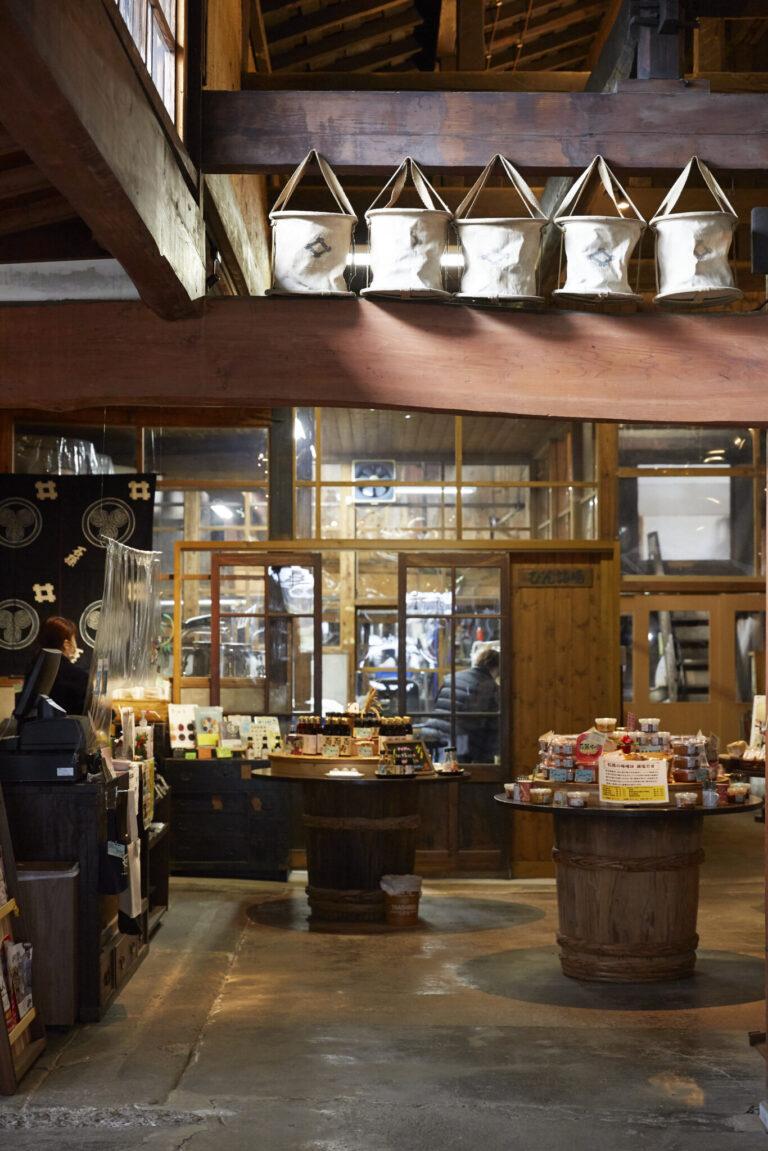 「あきた発酵ツーリズム」の拠点施設としてリニューアルオープン。ショップで試食や味噌・塩麹造りのワークショップも開催する。