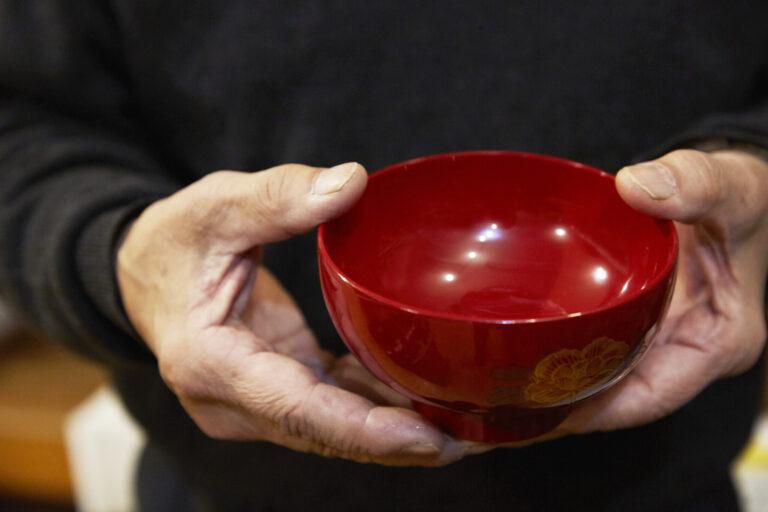 堅牢さと美しさを兼ね備えた川連漆器も店頭に並ぶ。お盆や箸、お弁当箱などもあり。