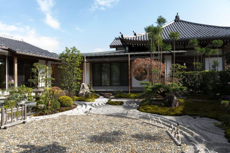 日本の美を実感できる庭園が広がる写経場(書院)。この庭園の真ん中の石畳に注目。「あられこぼし」という技法が用いられ、一つだけ違う石が!発見できたら幸せになれるかも。