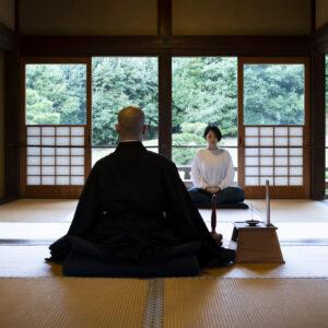 心地よい風が通り抜ける空間で坐禅を。参加無料の定例坐禅会と有料(1,000円)の清風坐禅会があり。後者は1時間の坐禅のあと、お抹茶とお話を楽しめる。詳細は(https://www.kenchoji.com/zazen/)で。