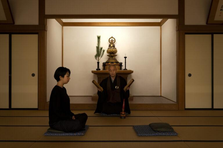 仏殿で毎朝6:00~7:00に開催している暁天坐禅会。柝(たく)と引磬(いんきん)の合図からはじまる。背筋を伸ばし、ひと時の集中を。