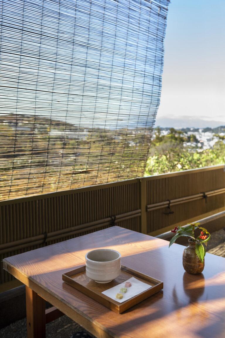 坐禅を終え境内を参拝したら、鎌倉の景色が一望できる弁天茶屋でひと休みしてみては。130段ほどある階段を上るので、いい運動にもなるはず。
