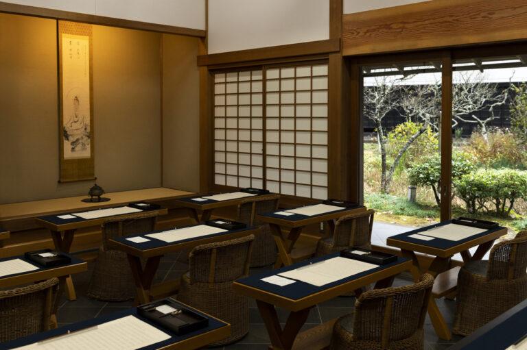 東慶寺の門をくぐり、奥へと進むと見えてくる写経場。受付は売店にて9:00~12:00、予約不要。料金は1,500円、筆は1本500円(持参可)。