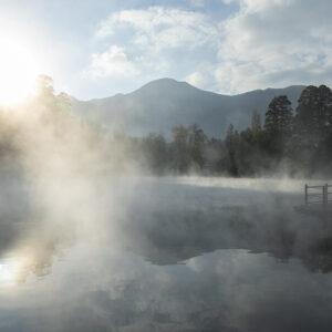 由布院にある金鱗湖の幻想的なシーンは、連載「大分じかん」から。