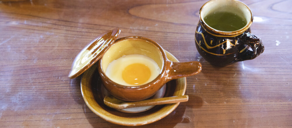 湯町窯を代表する日用食器といえば、エッグベーカー(3,900円)。イギリス人の陶芸家、バーナード・リーチの指導によってつくられた器のふっくらとしたフォルムにも温もりを感じる。