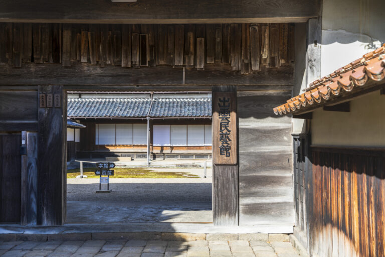 訪れる誰もが圧倒される見事な門構え。日本でもめずらしい蔵造りの建物を生かした民芸館だ。