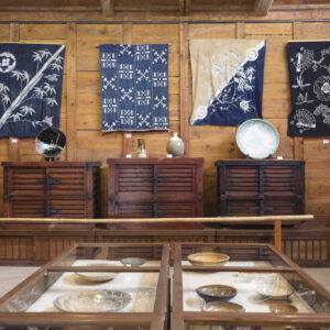 本館には江戸末期から昭和初期にかけてのものを中心に、陶磁器や藍染めなどが展示されている。