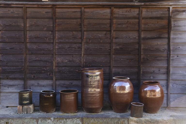 河合寛次郎に絶賛された出雲・大津の素陶器も多く見られる。