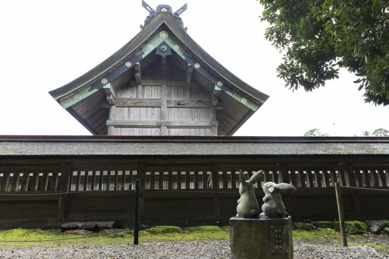 """御本殿の裏側には""""因幡の白うさぎ""""の石像がそこかしこに。大国主大神に感謝を捧げ、お祈りをするうさぎをかたどったものも。"""
