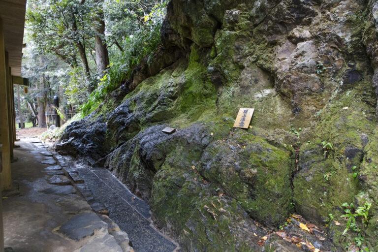素鵞社の裏の八雲山は出雲大社の御神山とされている禁足の地。お社の後ろにせり出した八雲山の岩肌に触れると、不思議なパワーを感じるという参拝者も。