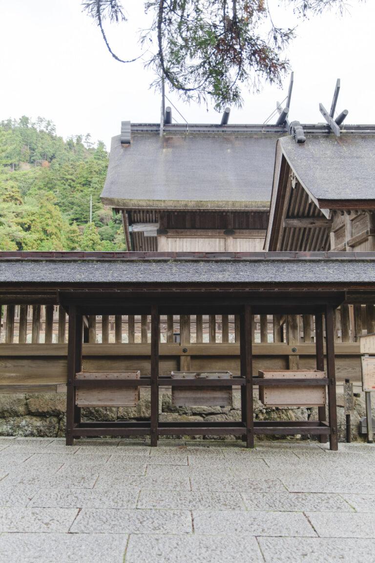 大社造りと呼ばれる日本最古の神社様式が圧巻の御本殿。60年に一度、檜皮葺屋根の葺替え等が行われて御遷宮を行う。平成の大遷宮で美しく蘇った御本殿は、破風(はふ・屋根の三角部分)や千木(ちぎ・屋根に交差して置かれた板木)にも力強さを感じる。