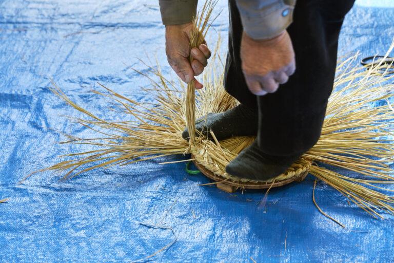 おへそと乳房になるパーツ。これは、米俵の蓋になる桟俵(さんだわら)と同じ製法。鹿島様作りを通してわら細工の技術を今に残している。