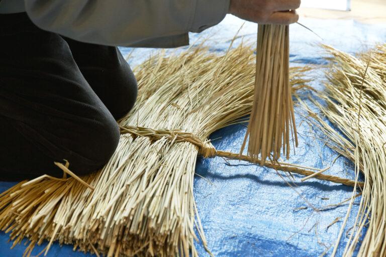 末広町の児玉東平さんに鹿島様の作り方を教えていただく。鹿島様1体につきひと束10本程度のわら束を60束以上も使うそう。