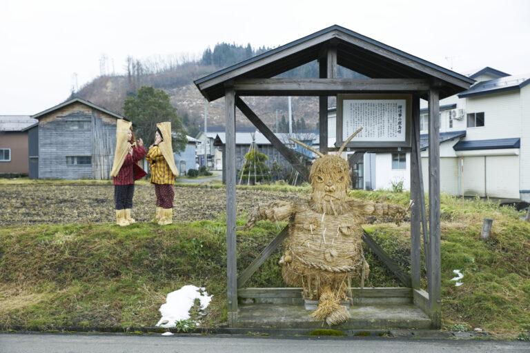 小野小町伝説が残る小野地区にも2体。こちらは御返事(おっぺじ)の鹿島様。わら沓(ぐつ)とわら頭巾姿の雪の精「雪ん子」には湯沢市で毎年2月開催の雪まつり「犬っこまつり」で会える。