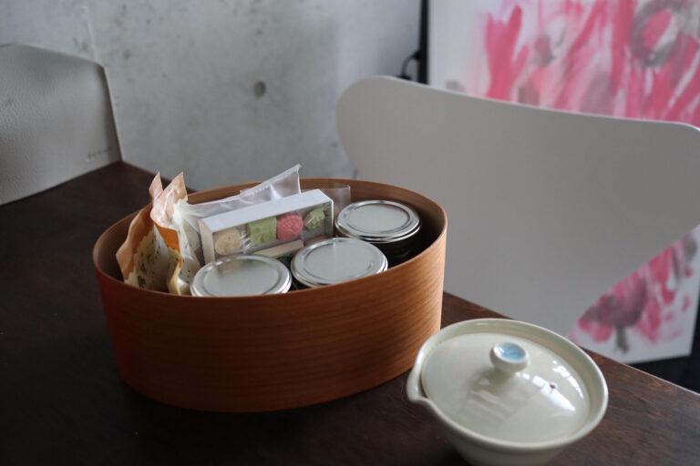 左からお茶菓子セット、1人分用の急須。