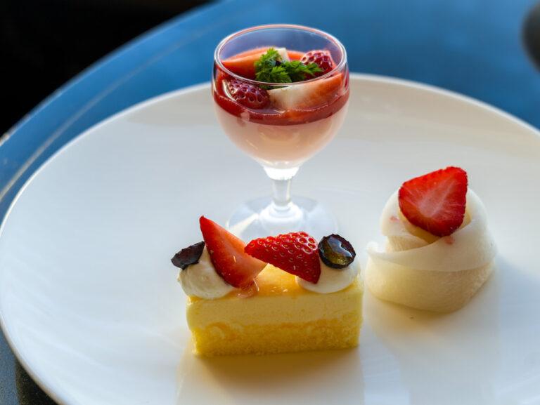 右上から「苺大福」、「チーズケーキ」、「ストロベリームース」。