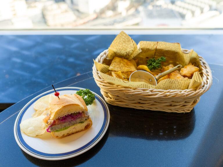 左から「自家製パテ・ド・カンパーニュのサンドイッチ」、「フィッシュ&チップス」。