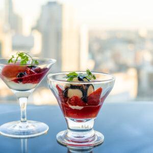 左から「ストロベリーソルベ マスカルポーネのエスプーマで」、「アイスクリーム 苺 バルサミコクリーム」。