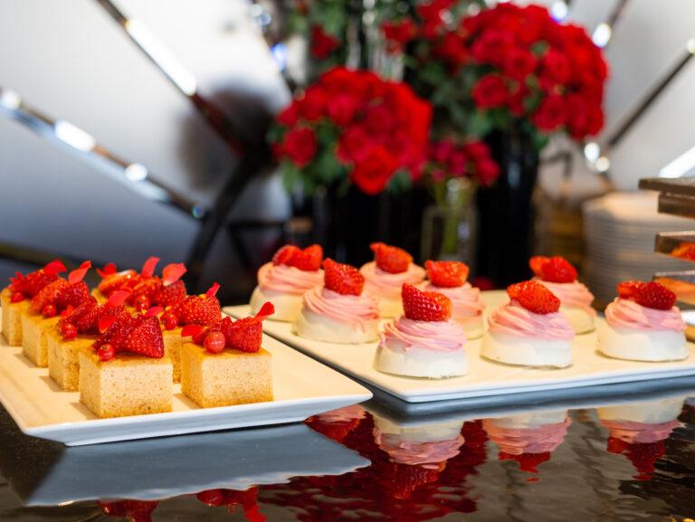 左から「バラのパウンドケーキ」、「ストロベリーモンブラン」。