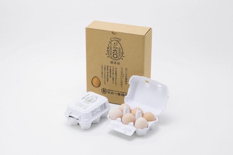北海道北部の、夏と冬の寒暖差が60℃という自然環境のなか、元気に育つニワトリの卵。酵素や乳酸菌などを配合した飼料を与え、豊かな旨味を感じられるのが下川六〇酵素卵の特徴だ。
