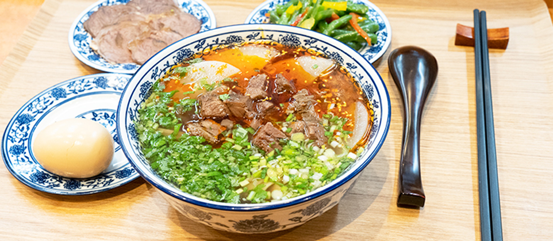 広尾の蘭州料理店〈ザムザムの泉〉で至極の「逸品伝統牛肉麺」を召し上がれ。