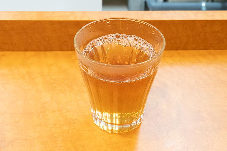 サービスのお茶も回族の伝統茶。美容にもいい薬膳が使われています。