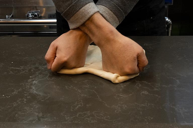 作り置きしない麺は、鮮やかな手つきで手打ちされていきます。