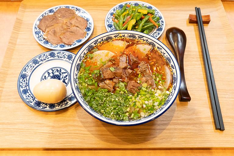 「Enju」にスライスした煮込み牛肉と味玉のダブルトッピング「肉蛋双飛 」(600円)を追加。