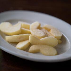 冷凍庫に入れて一晩凍らせたリンゴを、15分くらい冷蔵庫に入れて解凍したもの。