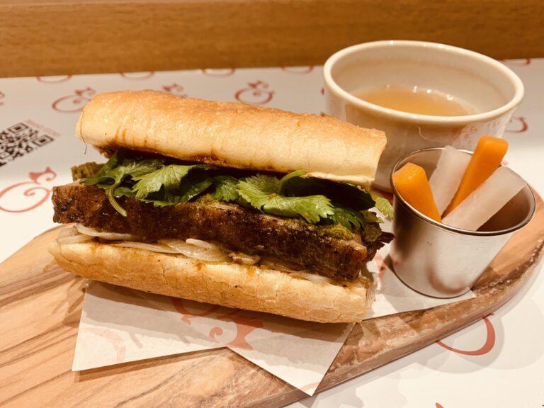 「THE PHO FRENCH DIP」。牛肉の出汁が滲み出たフォーのスープにディップ!