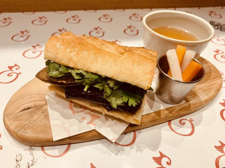 「THE VEGETABLE PHO FRENCH DIP」。フォーのスープは野菜で出汁をとっています。