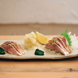 炙り〆鯖 春菊醤油仕立て880円。春菊醤油はフレンチのピューレを思わせる美しさ。
