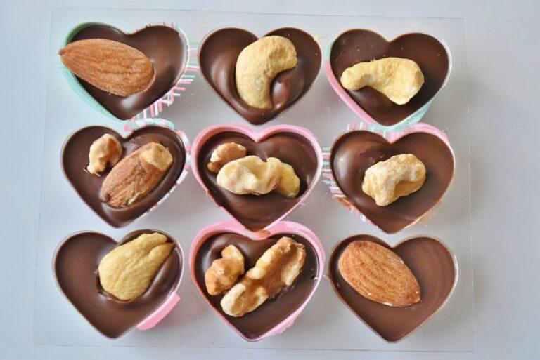チョコが固まる前に、ナッツをトッピング!