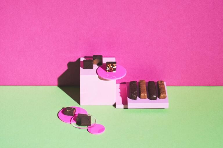 左/2016年・2017年インターナショナルチョコレートアワードを台湾ブランドとして初受賞した実力派。ジャスミンや文旦の花蜜など、台湾産素材の魅力を引き出したボンボン。「ショコラアソート」6種6個入り3,132円(各税込)。右/数々の受賞歴を誇り、他とは別格ともいわれるジュナン氏のスペシャリテを含む「バーグルモン」4種4本入り3,618円。