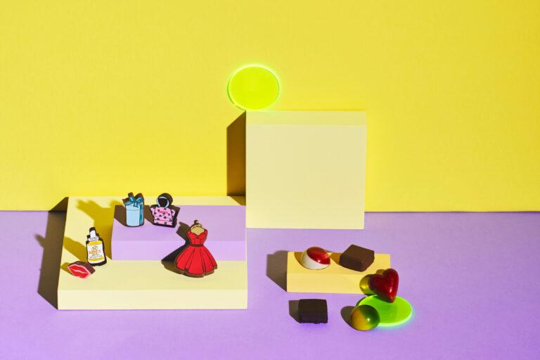 左/キュートなデザインのチョコレートは、ベルギー産のクーベルチュールチョコとはちみつがベース。「HACCIショコララ・ソワレ」14粒入り3,000円。右/フルーツのコンフィチュールなどが入った鮮やかな一箱。スリーズ、フランボワーズ、ライムジンジャー、ヴィオレなど多彩な味が魅力。「ボンボンショコラセット」10個入り2,454円。